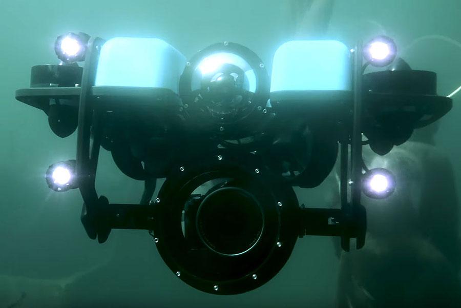Remotley operated vehicle, ein ferngesteuertes Tauchboot mit Kamera für Unterwasseraufnahmen blick in die Kamera