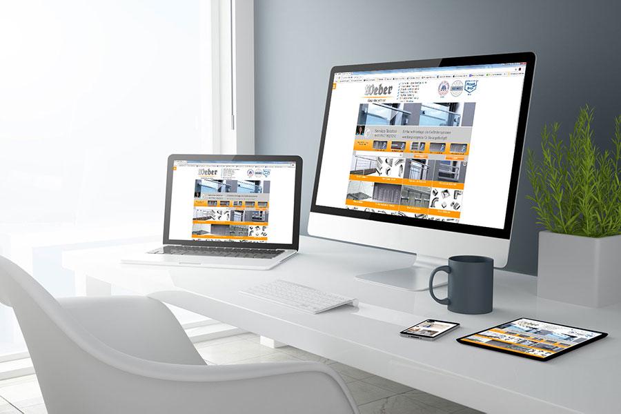 Web-Developing auf Mac-Bildschrimen auf Schreibtisch